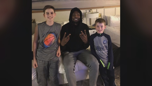 4ab3a25e57a86 VIDEO: Special delivery! Kevin Durant surprises kids with pizza delivery